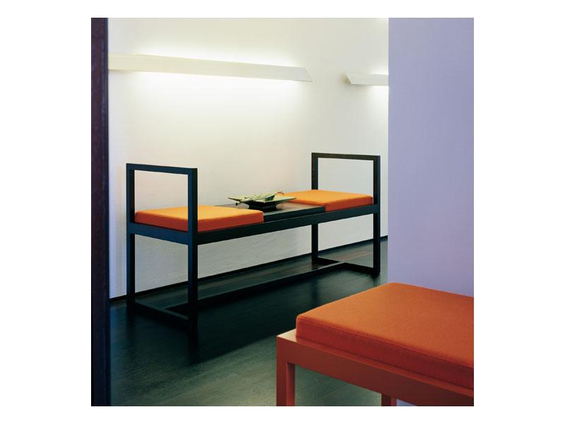 gepolsterte bank aus holz mit armlehnen idfdesign. Black Bedroom Furniture Sets. Home Design Ideas