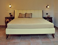 Art. 2300 Karina, Bett mit Nussbaum und Blattgold, Lederbezug