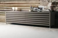 Line, Seitenschrank aus Holz mit 2 Schiebetüren, Walnuss-Einsätze