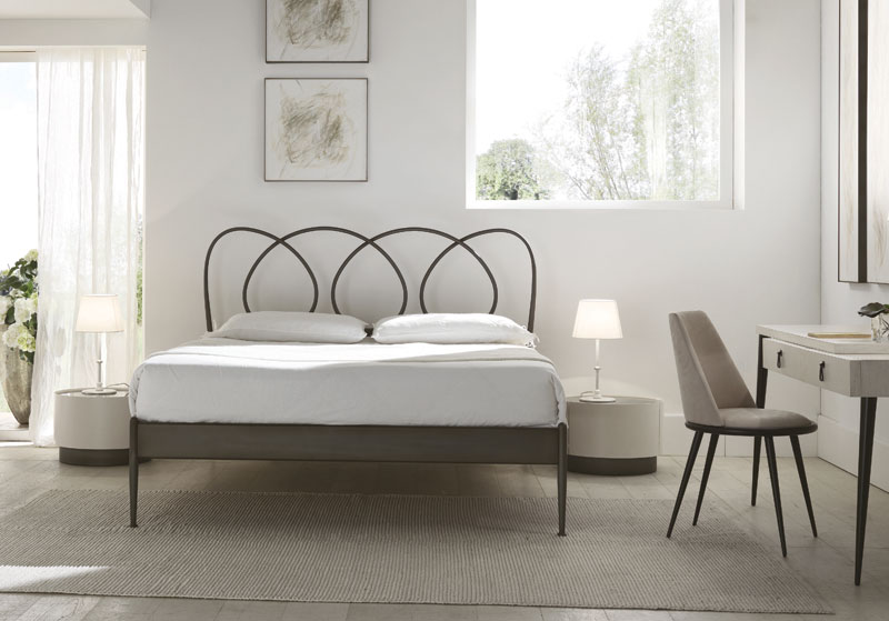 doppelbett mit konischen beinen in metall idfdesign. Black Bedroom Furniture Sets. Home Design Ideas