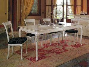 Villa Tisch, Klassischer Tisch mit wertvollen Schnitzereien