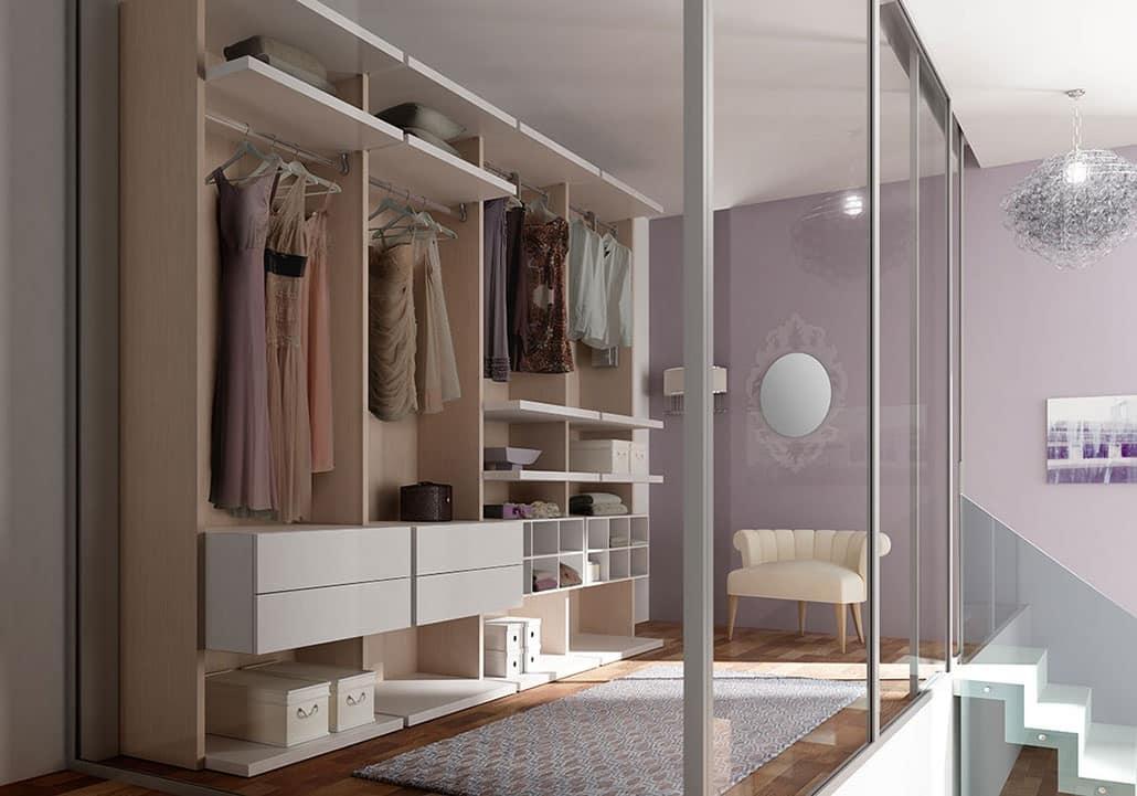Begehbarer Kleiderschrank mit Regalen und Wabenelemente ...
