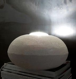 UFO 30, Stehlampe aus Stein, runde Form