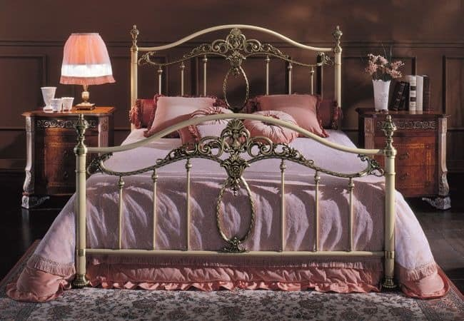 bett aus lackiertem eisen messing veredelung f r hotel. Black Bedroom Furniture Sets. Home Design Ideas