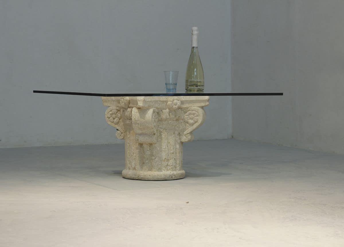 San Giorgio, Couchtisch mit Glasplatte, Steinsockel von Hand verziert
