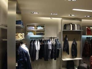 Maßgefertigte Regale für die Anzeige, Realisierung Ladenbau auf Maß mit Regalen und Hängestangen für Geschäfte
