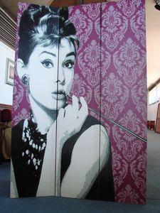 Art. 160, Bildschirm mit abgebildetem Audrey Hepburn
