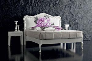 Art. 21001 B, Weißes Bett mit Blumenmuster am Kopfteil
