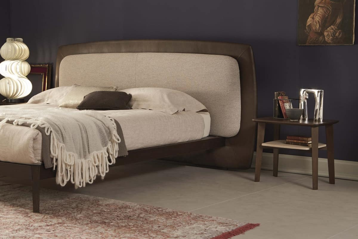 Gepolstertes Bett im Weinleseart, mit hölzernem Bettrahmen | IDFdesign