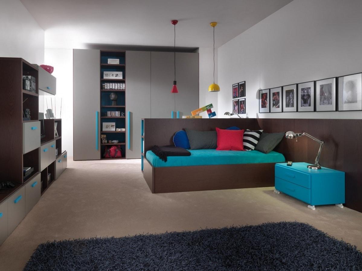 Platzsparendes Schlafzimmer mit Schreibtisch, der in ein Bett ...