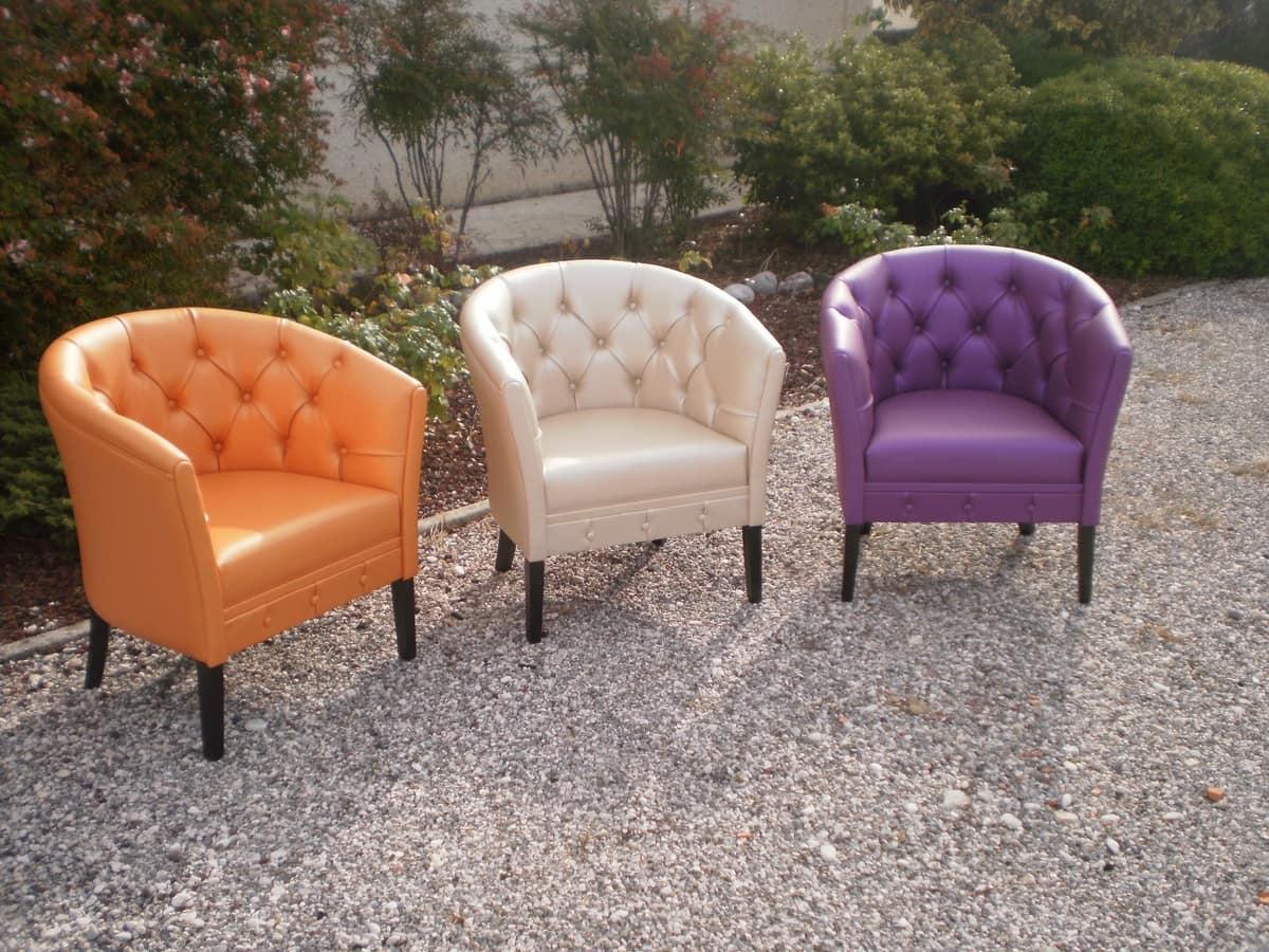 stuhl mit gesteppten r cken und seitenteile idfdesign. Black Bedroom Furniture Sets. Home Design Ideas
