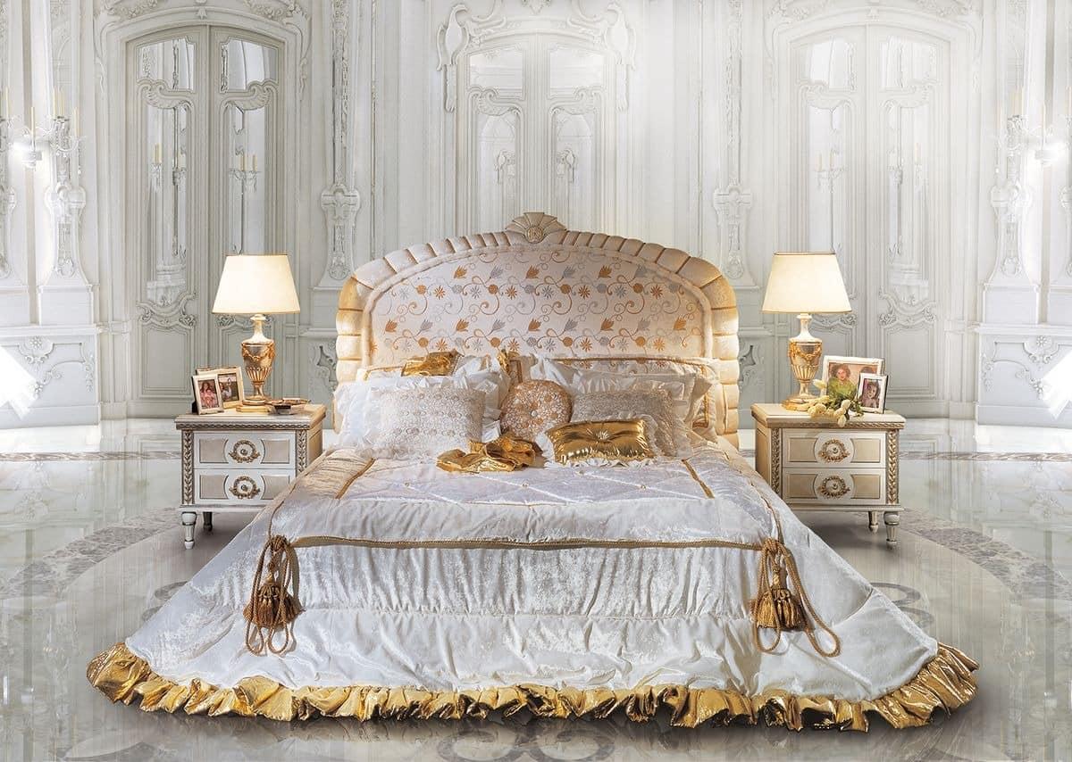 klassisches bett und nacht kopfteil mit blumenschmuck. Black Bedroom Furniture Sets. Home Design Ideas