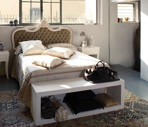 Art. 21003, Bett im klassischen Stil mit geschnitztem Kopfteil