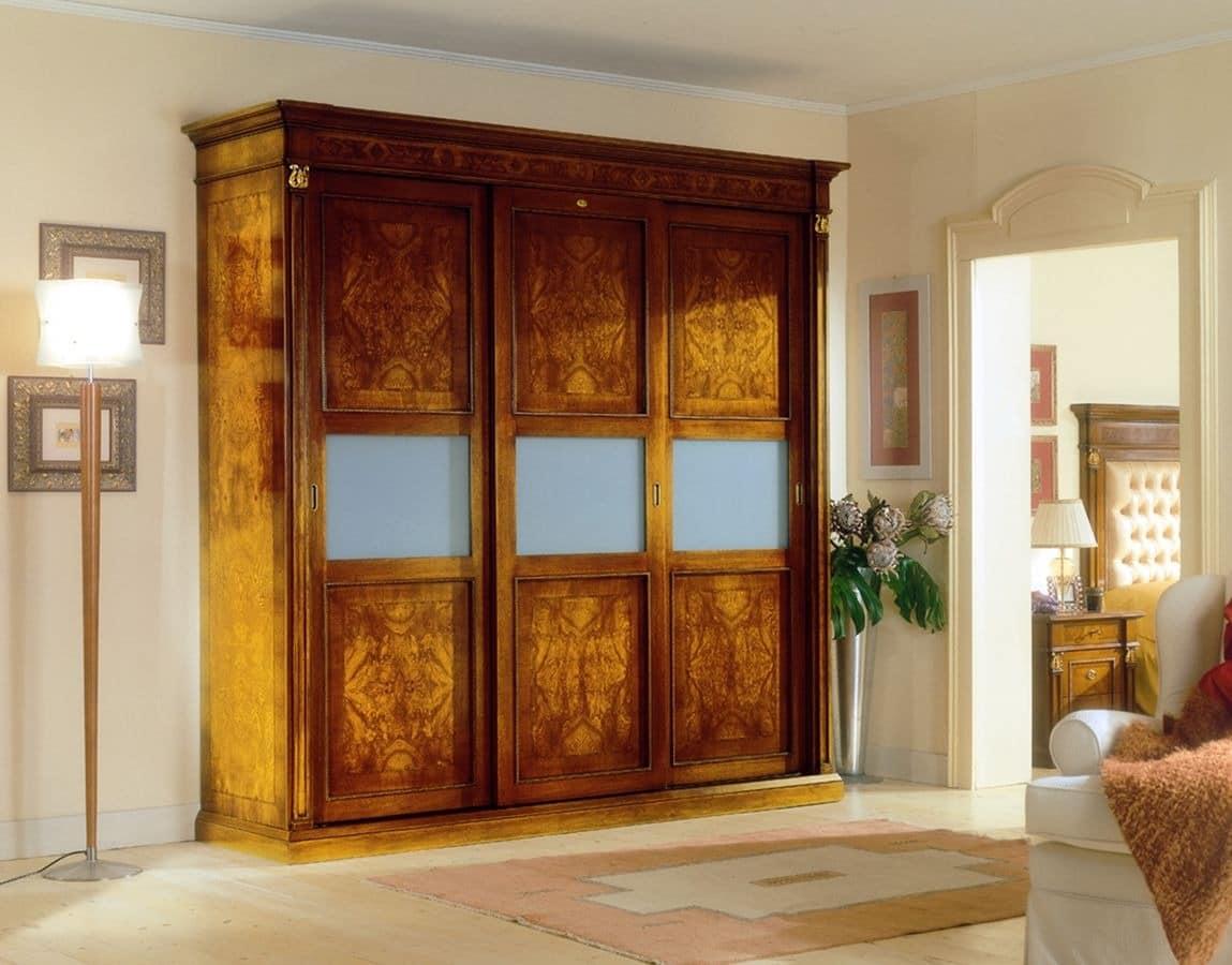 klassischer kleiderschrank mit 3 t ren aus holz f r luxus hotels idfdesign. Black Bedroom Furniture Sets. Home Design Ideas