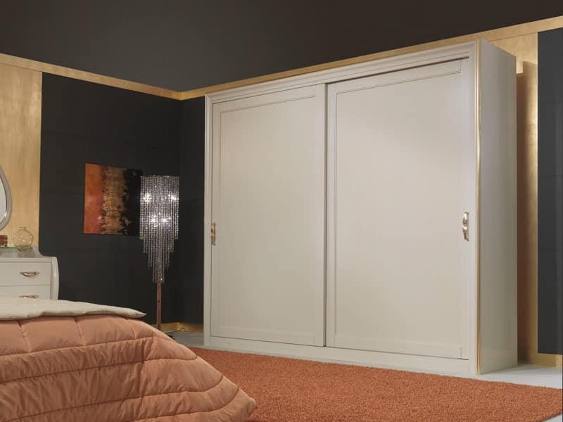 kleiderschrank aus holz im klassischen stil mit schiebet ren idfdesign. Black Bedroom Furniture Sets. Home Design Ideas