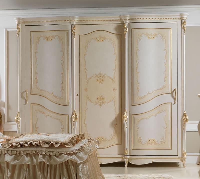 lack kleiderschrank mit goldenen verzierungen f r hotels idfdesign. Black Bedroom Furniture Sets. Home Design Ideas