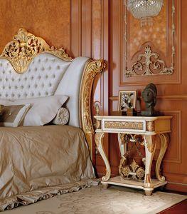 Art. 810/C, Luxuriöser Nachttisch mit handgeschnitzten Details