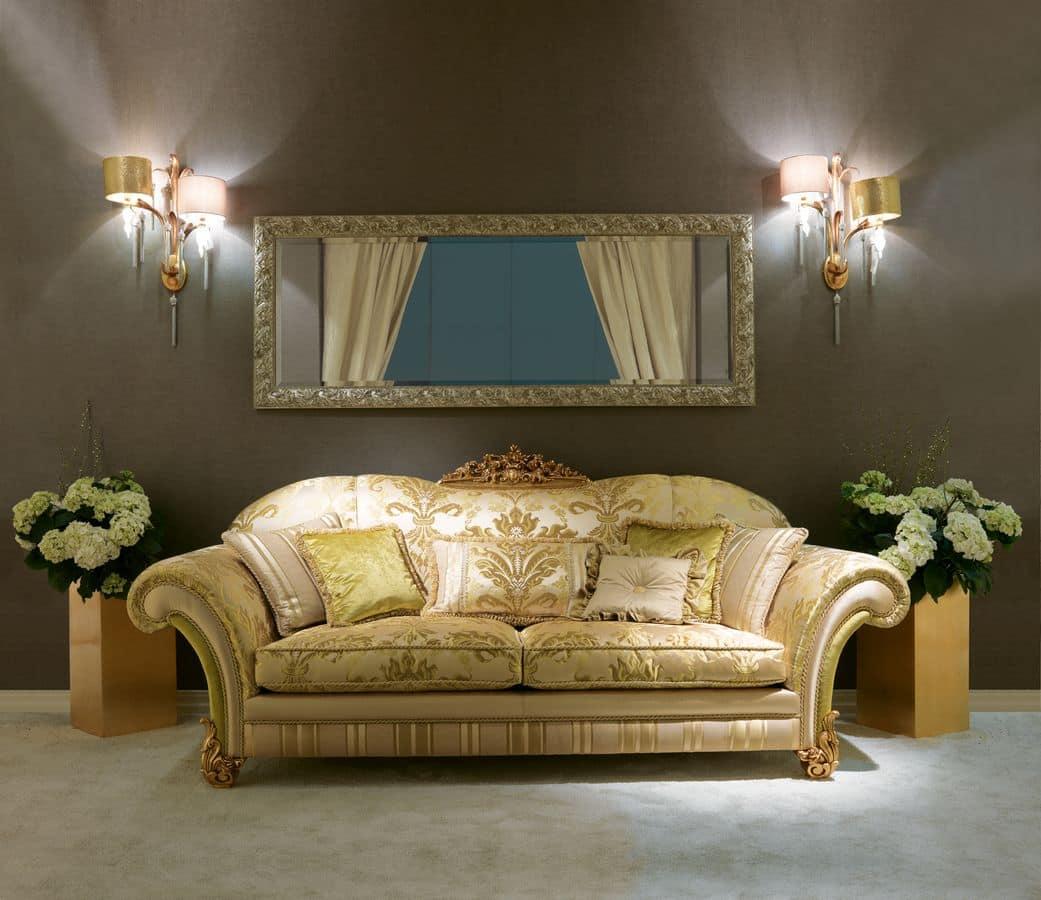 klassisches sofa mit dem schnitzen in der mitte des. Black Bedroom Furniture Sets. Home Design Ideas