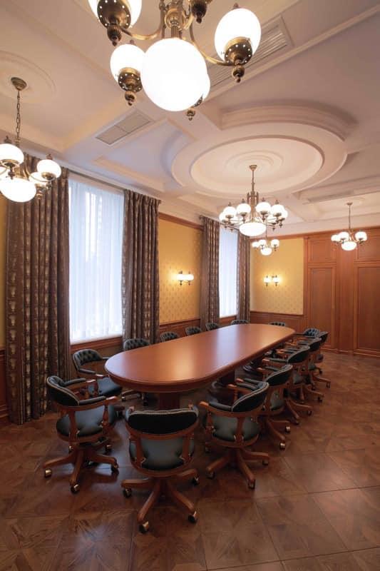 ovalen tisch mit exquisiter ausstattung f r klassiker b ros idfdesign. Black Bedroom Furniture Sets. Home Design Ideas