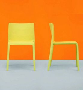 670 Volt, Stapelbarer Stuhl aus Kunststoff