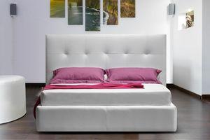 Wall, Modernes Bett mit Leder bezogen