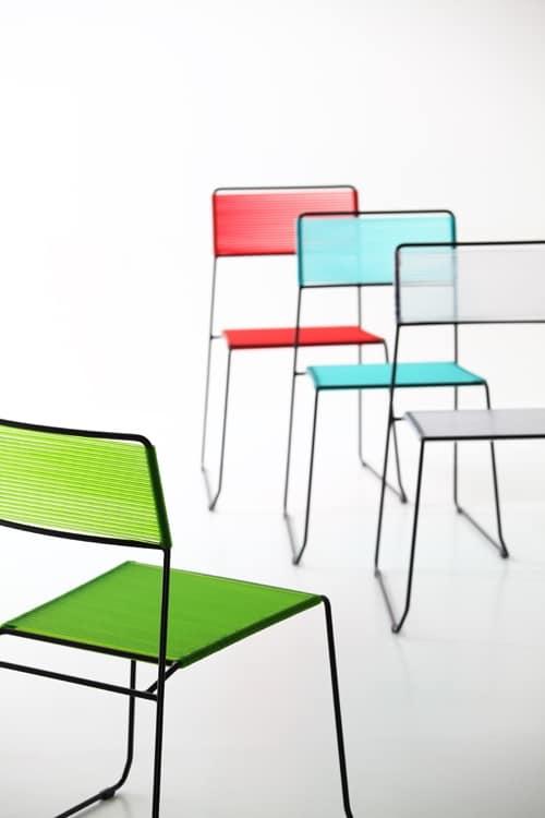 Log spaghetti, Metallstapelstuhl, Sitz und Rückenlehne in PVC Seil, auch für den Außenbereich