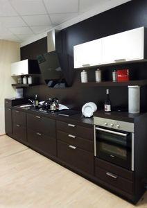 Glam Küche, Lineare Holzküche mit Geräten