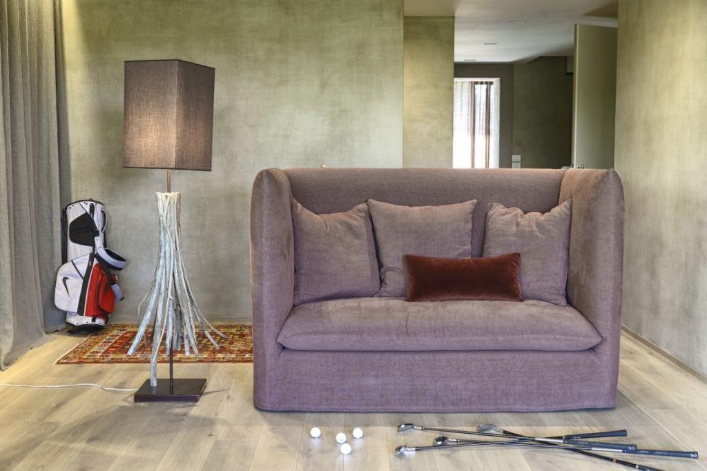 gef lltes sofa mit hoher r ckenlehne idfdesign. Black Bedroom Furniture Sets. Home Design Ideas
