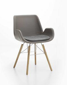 Lia, Gepolsterter Sessel mit hölzernen Beinen, zu Hause