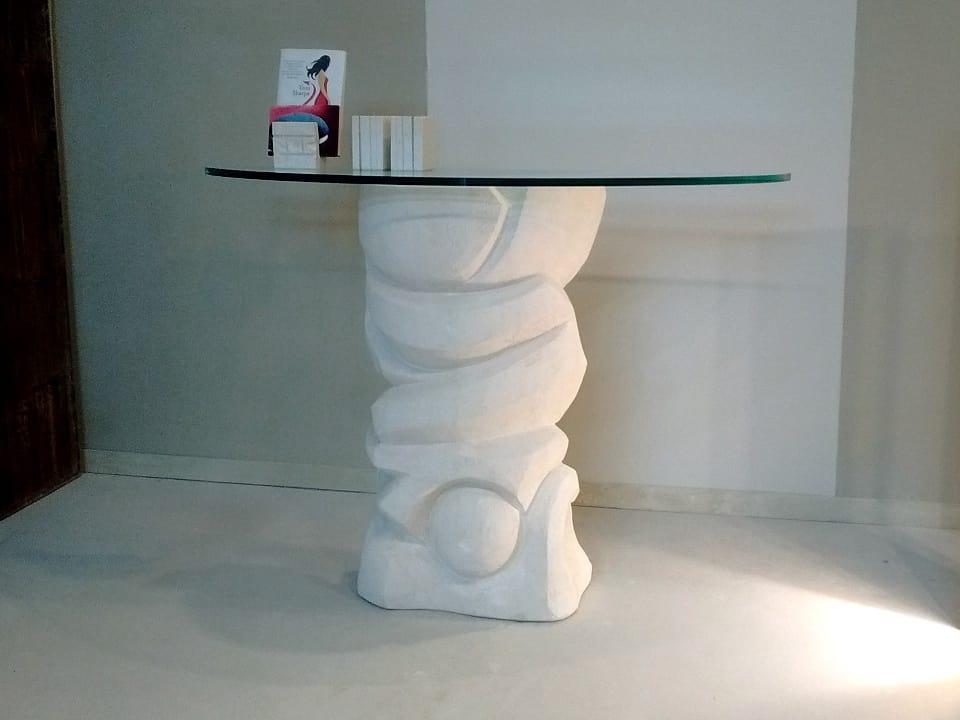 Equinozio, Steintisch mit Glasplatte auf der Basis ruht