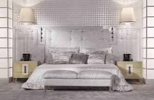 13C01, Bett mit gepolstertem Kopfteil aus Leder, mit einer lackierten Rahmen
