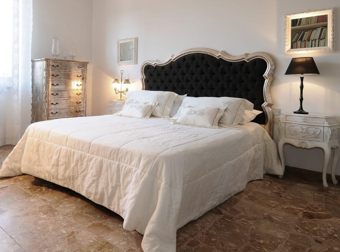 Klassisches Bett Mit Gepolstertem Kopfteil Idfdesign
