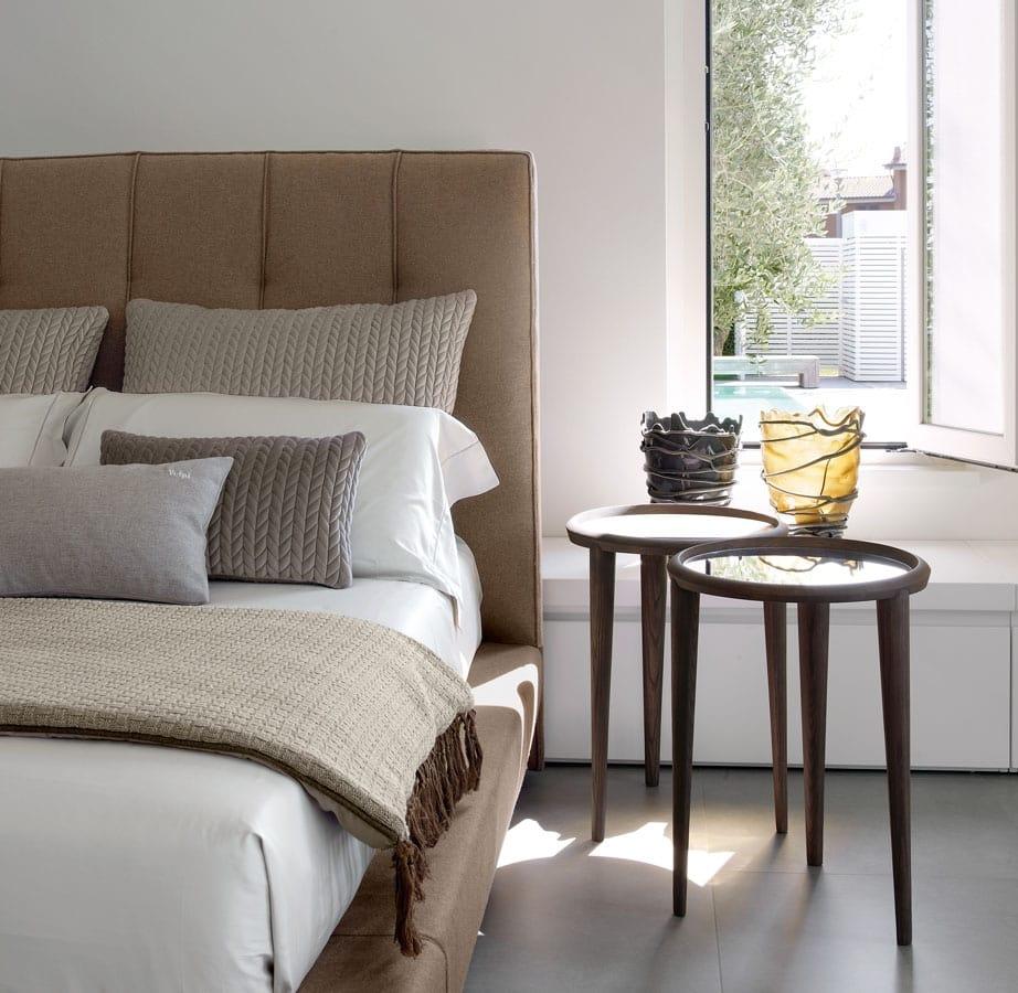 Bett mit gepolsterter Struktur und Kopfstütze | IDFdesign