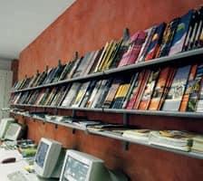 Socrate wall display units, Wandregale für Bibliotheken, Kioske und Geschäfte