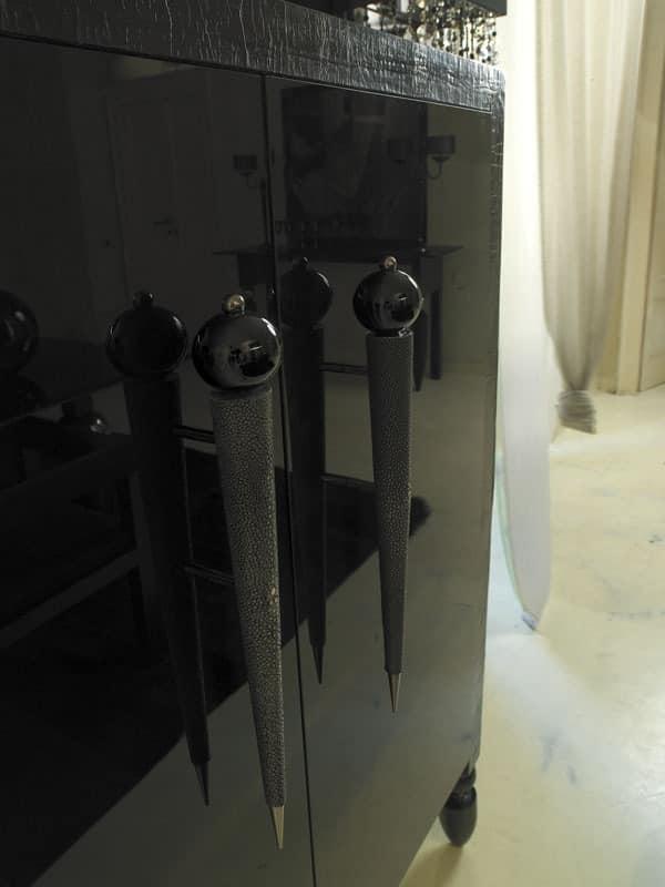 klassische sideboard aus lackiertem holz stoffbezug idfdesign. Black Bedroom Furniture Sets. Home Design Ideas