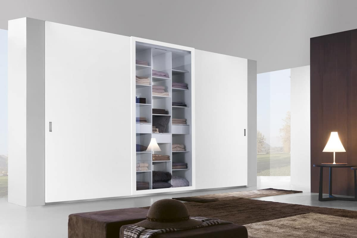 schiebeschrank mit t ren aus holz glas und spiegel idfdesign. Black Bedroom Furniture Sets. Home Design Ideas