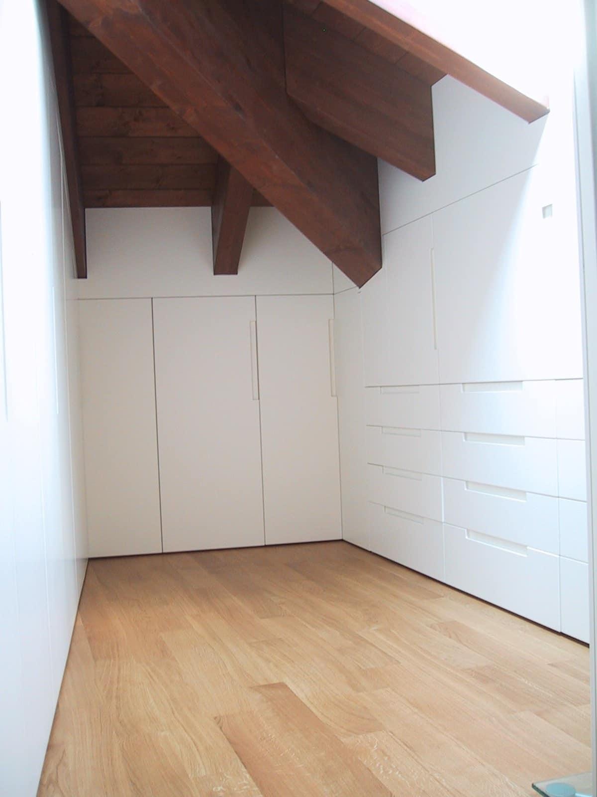Kleiderschrank in weiß lackiertem Holz, individuell für Dachboden ...