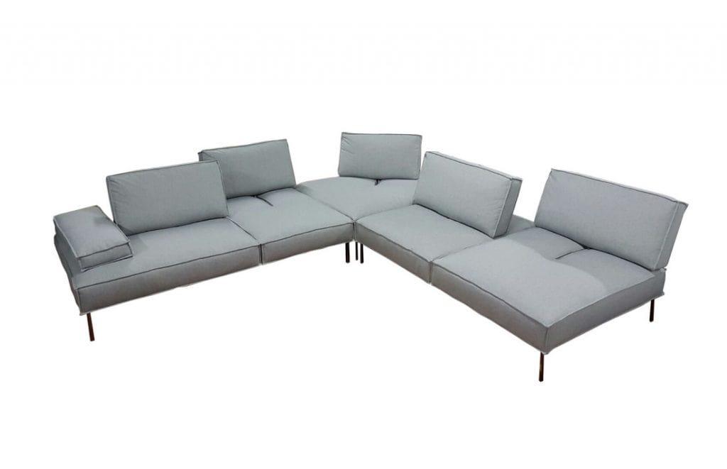 Sofa mit verstellbaren Rückenlehnen, um die Sitztiefe zu modulieren ...