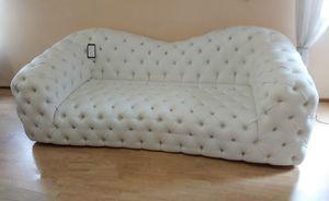 Catia Sofa, Kapitoniertes Sofa aus weißem Kunstleder
