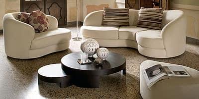 Piano, Sofa im klassischen Stil, geschwungene Linien, in der Polyurethan-