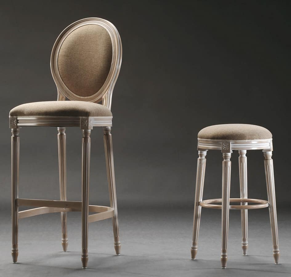 Hohe Barhocker, im Stil Louis XVI, für historische Bars | IDFdesign