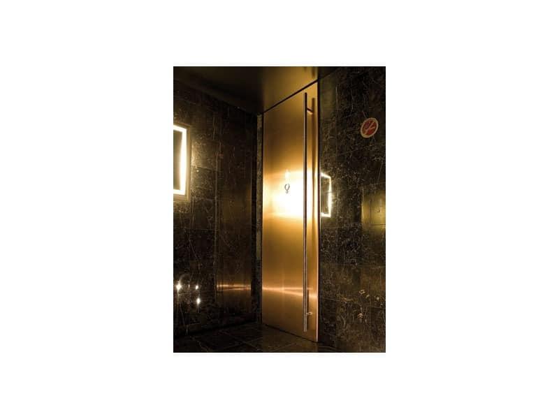 t ren mit schwarz lackiert f r badezimmer des hotels und die bar idfdesign. Black Bedroom Furniture Sets. Home Design Ideas