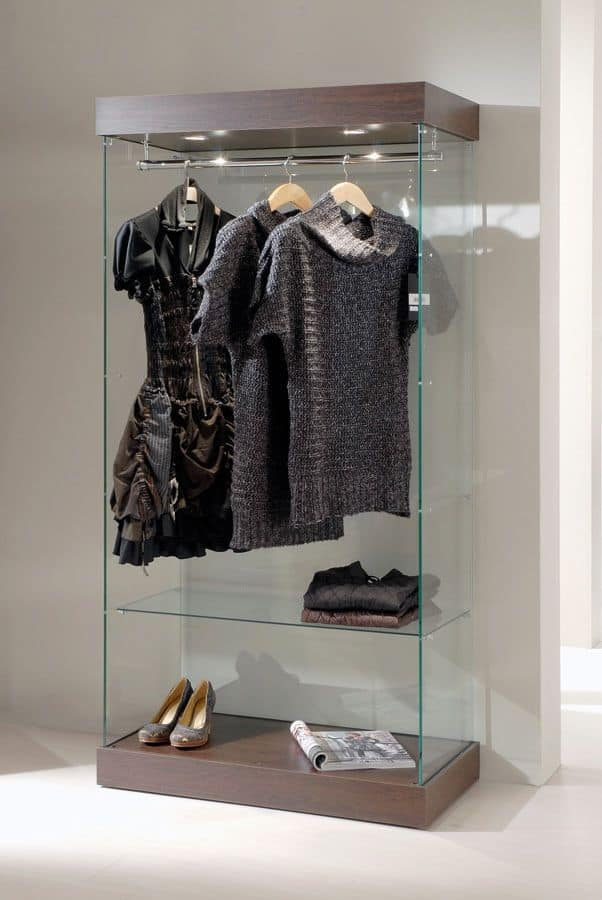 moderne glas vitrine holzsockel scheinwerfer f r bekleidungsgesch ft idfdesign. Black Bedroom Furniture Sets. Home Design Ideas