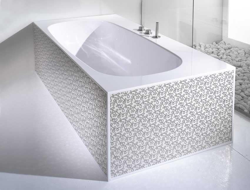 badewanne mit verzierten platten in keramik idfdesign. Black Bedroom Furniture Sets. Home Design Ideas