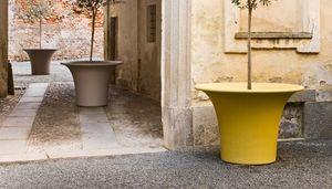 Cone, Große Vasen für die Dekoration im Freien