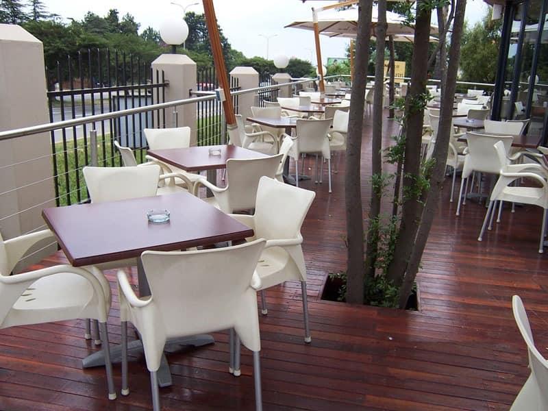Beverly, Stuhl mit Armlehnen für den Außenbereich, stapelbar, langlebig