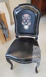 Art. 66, Stuhl aus bedrucktem und verziertem Leder