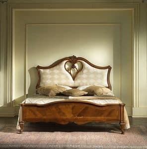 G 705, Bett mit gepolstertem Kopfteil und Loch in Herzform