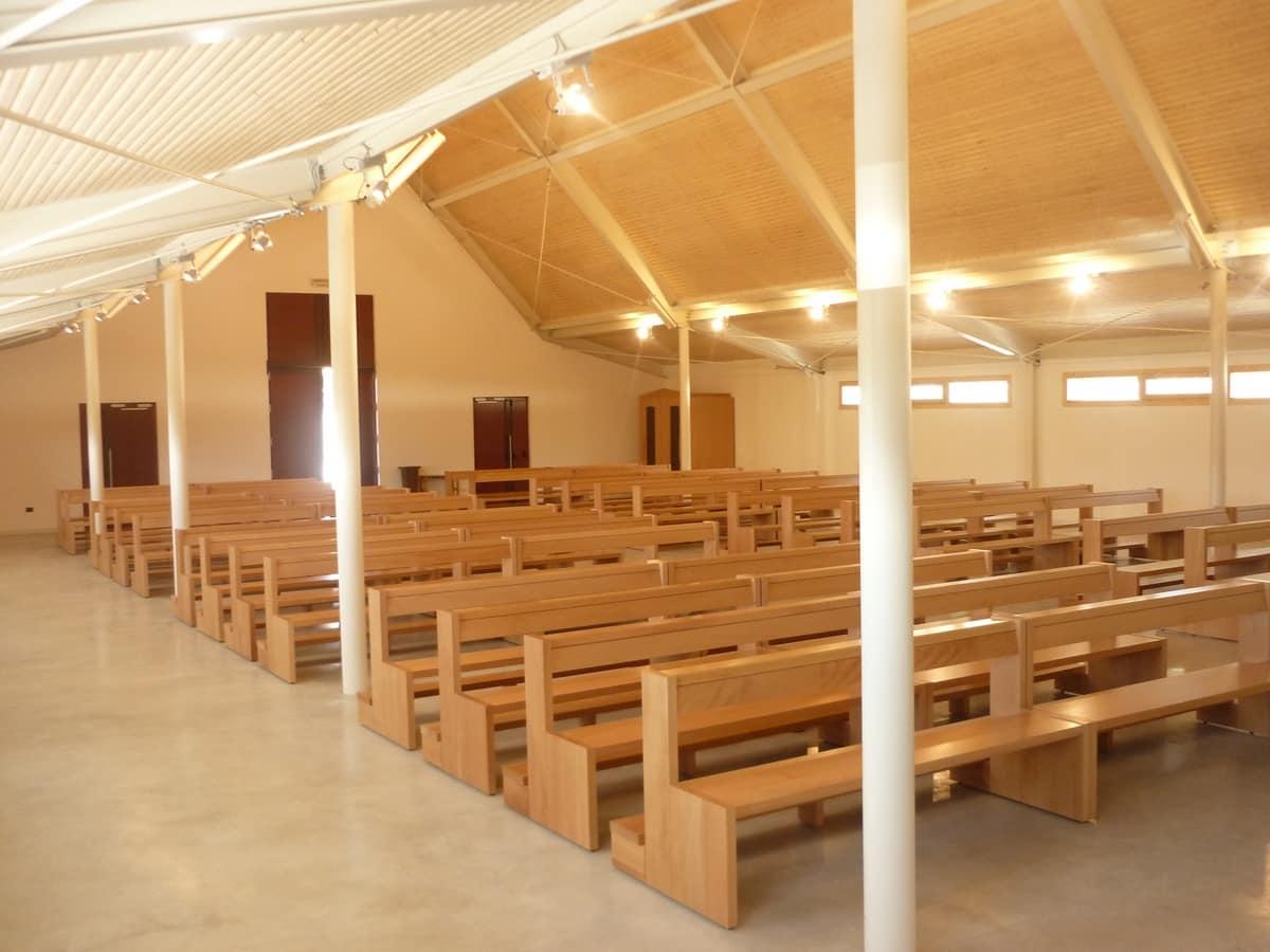 San Gottardo Bank, Moderne Bank aus Massivholz, für Kirchen