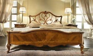 G 704, Nussbaum Bett mit Kopfteil perforiert, Dekorationen Ahorn